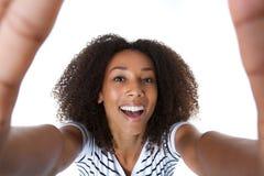 Stäng sig upp självståenden av en härlig ung afrikansk amerikankvinna Royaltyfri Foto