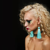 Stäng sig upp skönhetståenden av den unga kvinnan med härlig makeup arkivbild