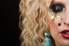 Stäng sig upp skönhetståenden av den unga kvinnan med härlig makeup royaltyfri bild
