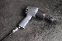 Stäng sig upp skott av den auto skiftnyckeln för ändrande bilhjul Royaltyfri Fotografi
