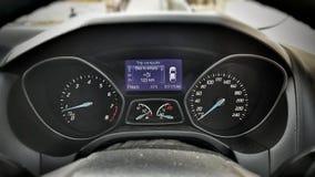 Stäng sig upp skott av den moderna hastighetsmätaren, instrumentbrädan, bilinre Royaltyfri Foto