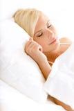 Stäng sig upp skott av den sömniga kvinnan i säng Royaltyfri Fotografi
