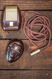 Stäng sig upp skott av en antik 50-talmikrofon med kablar och asken Arkivfoton