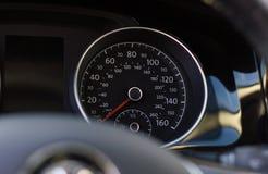 Stäng sig upp skott av en hastighetsmätare i en bil Arkivbild