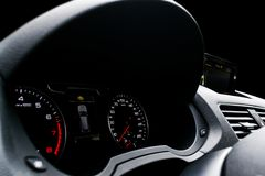 Stäng sig upp skott av en hastighetsmätare i en bil elektronisk navigering för bilkonsolinstrumentbräda Instrumentbrädadetaljer m arkivbild