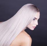 Stäng sig upp skott av ett kallt blont hår royaltyfri fotografi