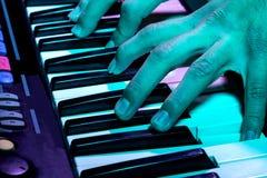 Stäng sig upp skott av ett piano på ett parti Arkivfoto