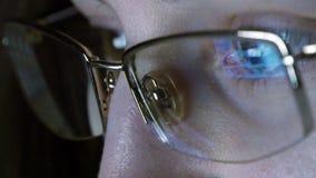 Stäng sig upp skott av flickan i exponeringsglas som surfar internet på natten Arkivbilder
