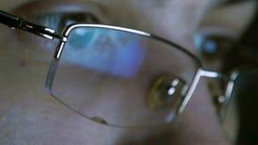 Stäng sig upp skott av mannen i exponeringsglas som surfar internet på natten Fotografering för Bildbyråer