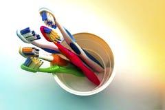 Stäng sig upp skott av uppsättningen av mångfärgade tandborstar i exponeringsglas på cl Royaltyfri Foto