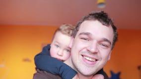 Stäng sig upp stående av den lyckliga fadern och hans son. arkivfilmer