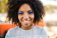 Stäng sig upp ståenden av att le kvinnan som bär konstgjorda ögonfrans Royaltyfria Bilder