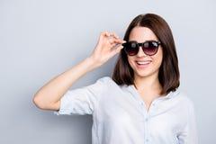 Stäng sig upp ståenden av chic flott flott flickaktig gullig härlig att arkivfoto