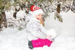 Stäng sig upp ståenden av den förtjusande lyckliga lilla flickan som lyckligt grinar på kameran på en solig dag för vinter` s royaltyfria bilder