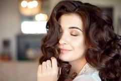 Stäng sig upp ståenden av den fundersamma kvinnan med ursnyggt långt hår arkivbilder