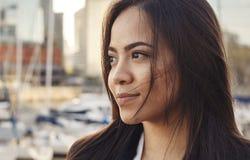 Stäng sig upp ståenden av den härliga attraktiva latinamerikanska kvinnan arkivbild