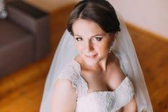 Stäng sig upp ståenden av den härliga caucasian mitt- vuxna bruden Kicken metar beskådar royaltyfria foton