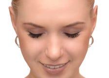 Stäng sig upp ståenden av den härliga unga kvinnan med stängda ögon Arkivfoton