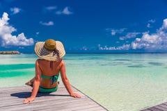 Stäng sig upp ståenden av den härliga unga kvinnan som tycker om solen på stranden Design för sommarloppbegrepp Ferie för sommars arkivbild