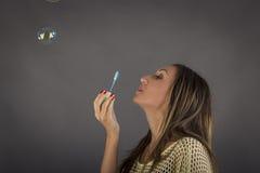 Stäng sig upp ståenden av den nätta flickan med såpbubblan Arkivfoton