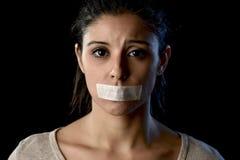 Stäng sig upp ståenden av den unga attraktiva kvinnan med munnen och kanter som förseglas i den hindrade tejpen Royaltyfri Fotografi