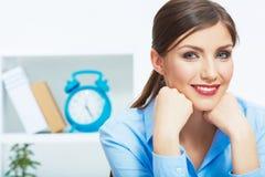 Stäng sig upp ståenden av den unga härliga affärskvinnan i vit av Arkivbild