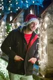 Stäng sig upp ståenden av den unga le mannen, med Santa Claus locksta arkivfoto