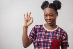 Stäng sig upp ståenden av det reko tecknet för den afrikanska unga kvinnliga visningen arkivbilder