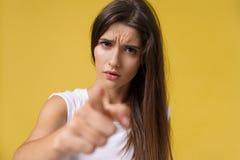 Stäng sig upp ståenden av en attraktiv ung caucasian kvinna med en ilsken framsida se rasande och galna visningtänder och royaltyfria bilder