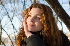 Stäng sig upp ståenden av en europeisk flicka för ungt härligt rött hår som ser en sida arkivfoton