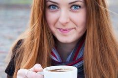 Stäng sig upp ståenden av en gullig ung flicka som dricker kaffe Fotografering för Bildbyråer