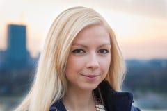 Stäng sig upp ståenden av en härlig blond flicka över solnedgång Fotografering för Bildbyråer