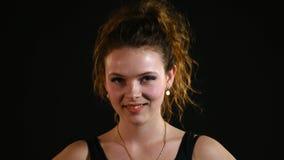 Stäng sig upp ståenden av en härlig ung kvinna med att skratta för lockigt hår lager videofilmer