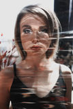 Stäng sig upp ståenden av en härlig ung kvinna med blont hår Ljus fotoeffekt för signalljus Flicka med det näcka sminket, mode Arkivfoton