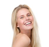 Stäng sig upp ståenden av en le ung blond kvinna arkivfoto