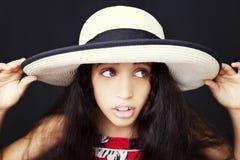 Stäng sig upp ståenden av en ung afrikansk amerikanflicka med solhatten arkivbilder