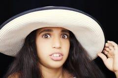 Stäng sig upp ståenden av en ung afrikansk amerikanflicka med solhatten royaltyfri foto