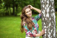 Stäng sig upp, ståenden av en ung härlig brunettflicka royaltyfria foton