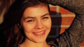 Stäng sig upp ståenden av en ung härlig kvinnagråt med lycka på solnedgången stock video
