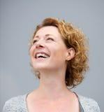 Stäng sig upp ståenden av gladlynt skratta för kvinna Arkivbilder