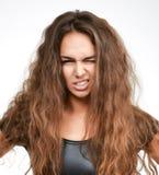 Stäng sig upp ståenden av ilsket skrika frustrerat skrika för kvinna ut högt på en vit royaltyfri bild