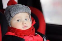 Stäng sig upp ståenden av litet barnpojkesammanträde i bilsäte Arkivbild