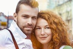 Stäng sig upp ståenden av lyckliga par tillsammans, dagen som är utomhus- Royaltyfria Bilder