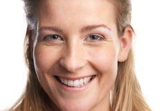 Stäng sig upp ståenden av lyckligt le för ung kvinna arkivfoton