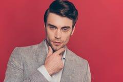 Stäng sig upp ståenden av manligt, att bedöva, fundersamt, sinnat som är modernt royaltyfri foto