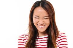 Stäng sig upp ståenden av nätt ungt asiatiskt skratta för flicka Royaltyfri Foto