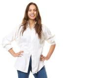 Stäng sig upp ståenden av säkert le för ung kvinna arkivfoto