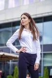 Stäng sig upp ståenden, ung affärskvinna i den vita skjortan fotografering för bildbyråer