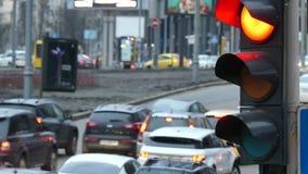 Stäng sig upp stads- stadstrafikljus som ändrar till gräsplan från röda signalbilar för att fortsätta över genomskärning arkivfilmer