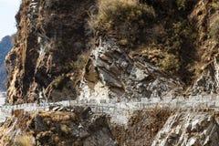 Stäng sig upp stenberget med vägen i vinter nära vägen till Tsomgo sjön i Gangtok Sikkim Indien Royaltyfria Bilder